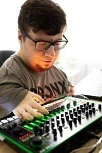 DJ Zeu5 za konsolą
